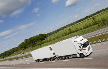 Photo pour Grand camion conduisant sur l'autoroute de campagne - image libre de droit