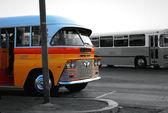 Staré maltské autobus na autobusové zastávce