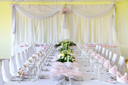 Photo pour Napperons décoratifs sur la table - banquet - image libre de droit