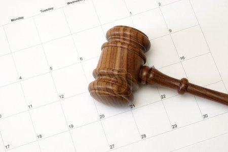 Photo pour Un marteau et un calendrier représentent une Cour ou un rappel de la vente aux enchères. - image libre de droit