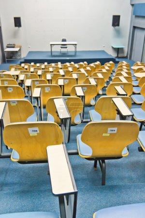 Photo pour Chaise bleue légère dans la salle de conférence - image libre de droit