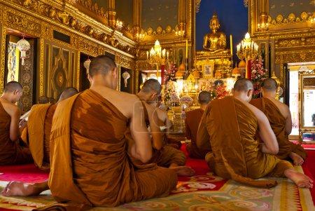 Photo pour Moines bouddhistes priant (Thaïlande) - image libre de droit