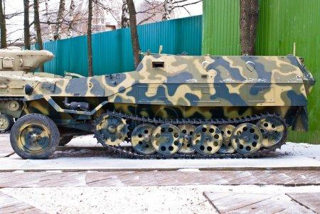 Photo pour Vieille Russie transport de troupes blindé militaire. Pris le matin d'hiver . - image libre de droit