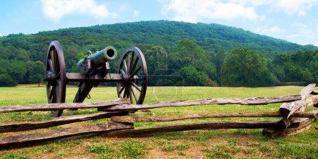 Photo pour Le canon de l'époque de la guerre civile domine le parc national du champ de bataille de Kennesaw Mountain - image libre de droit