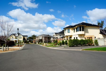 Photo pour Maisons sur-mesure modernes dans un quartier résidentiel - image libre de droit