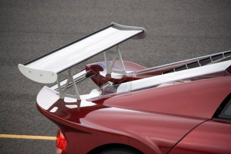 Photo pour Détail rapproché d'un spoiler de course personnalisé à l'arrière d'une voiture de sport . - image libre de droit