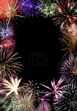 Photo pour Beaux feux d'artifice explosant sur un ciel de nuit avec espace copie au centre. fonctionne très bien comme une carte de vœux ou de la mise en page des annonces. - image libre de droit