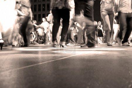 Photo pour Un petit plan de la piste de danse avec de la danse sous les lumières colorées. - image libre de droit
