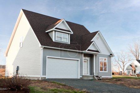 Photo pour Maison moderne construite sur mesure nouvellement construite avec un garage de deux voitures dans un quartier résidentiel . - image libre de droit