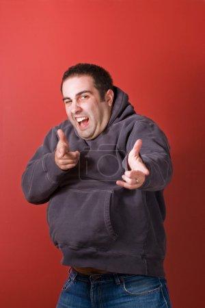 Photo pour Un homme loufoque a sauté et pointé du doigt la caméra . - image libre de droit