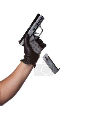 Photo pour Un homme recharger une arme rejette le clip d'une arme de poing noir. fonctionne très bien pour crime ou à la maison des concepts de sécurité. - image libre de droit
