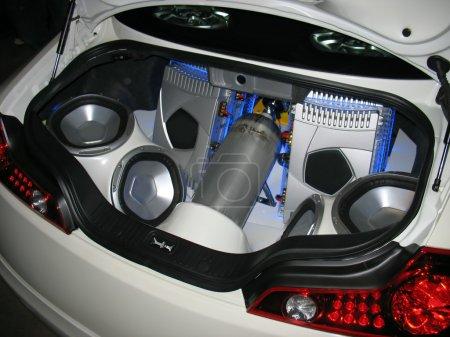Photo pour Système audio personnalisé dans le coffre d'une voiture de sport . - image libre de droit