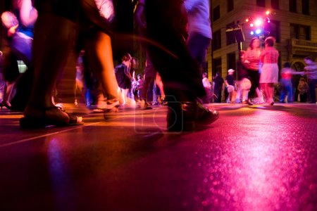 Photo pour Un petit plan de la piste de danse avec de la danse sous les lumières colorées - image libre de droit