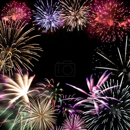 Photo pour Beaux feux d'artifice explosant sur un ciel de nuit avec espace copie au centre. - image libre de droit
