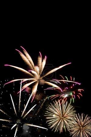 Photo pour Beaux feux d'artifice explosant sur un ciel de nuit noire. beaucoup de fond. - image libre de droit