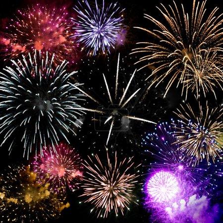 Photo pour Beaux feux d'artifice explosant sur un ciel de nuit noire dans un affichage de grande finale. très haute résolution. - image libre de droit