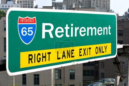 Photo pour Un panneau routier conceptuel pour illustrer l'âge moyen de la retraite de 65 ans . - image libre de droit