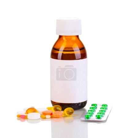 Photo pour Flacon médical et comprimés isolés sur blanc - image libre de droit