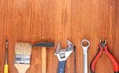 Nástroje na dřevěné pozadí