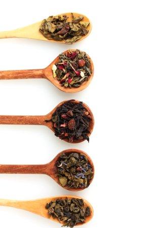 Photo pour Différents types de thé sec vert et noir dans une cuillère en bois isolé sur blanc - image libre de droit