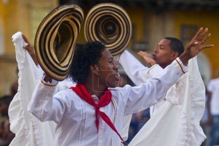 Photo pour Catagena de Indias, Colombie - 22 décembre : Danseurs dans la célébration pour la présentation du nouveau symbole de la ville tenue à Cartagena de indias - image libre de droit