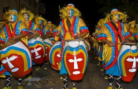 Photo pour MONTEVIDEO, URUGUAY-5 FÉVRIER 2011 : Tambours Candombe dans le Carnaval annuel Montevideo, Candombe est un style musical basé sur la batterie de l'Uruguay . - image libre de droit