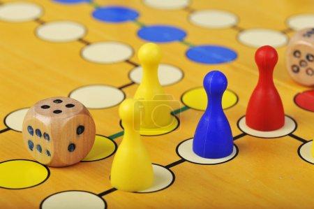 Photo pour Le jeu de plateau antique de ludo (farniente) est trully international. Il a son nom original et spécifique et la version dans de nombreux pays à travers le monde. - image libre de droit