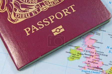 Photo pour Gros plan d'un passeport britannique sur une carte - image libre de droit