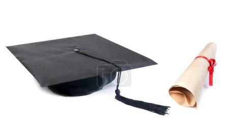 Photo pour Chapeau de graduation et rouleau de papier sur un fond blanc - image libre de droit