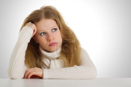 Photo pour Fille triste assis tête hirsute sur sa main, étaiement - image libre de droit