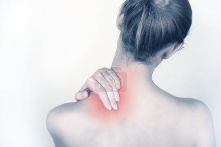 Foto de Mujer sostiene una mano sobre el cuello del dolor - Imagen libre de derechos
