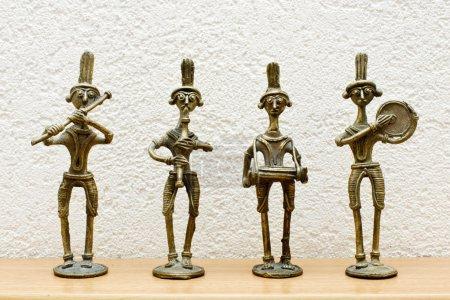 Photo pour Quatre statues africaines contre le mur - image libre de droit