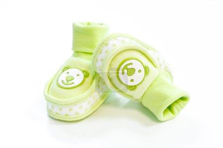 Photo pour Chaussons bébé vert à pois sur fond blanc - image libre de droit