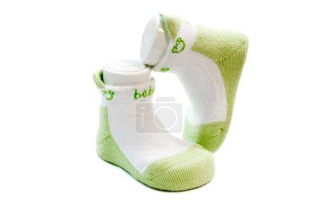 Photo pour Chaussettes bébé vertes sur fond blanc - image libre de droit