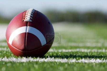 Photo pour Football américain sur le terrain avec une faible profondeur de terrain - image libre de droit