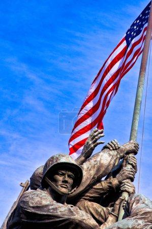 Photo pour Vue en angle bas d'un monument commémoratif de guerre, Mémorial Iwo Jima, cimetière national d'Arlington, Arlington, Virginie, États-Unis - image libre de droit