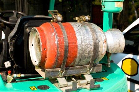 Photo pour Bouteille de gaz sur un chariot élévateur - image libre de droit