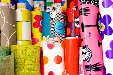 Photo pour Rouleaux de textile et de toile grasse dans un magasin - image libre de droit