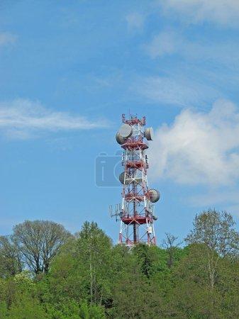 Photo pour Grande antenne et répéteurs pour la transmission de signaux de télévision et de téléphone - image libre de droit