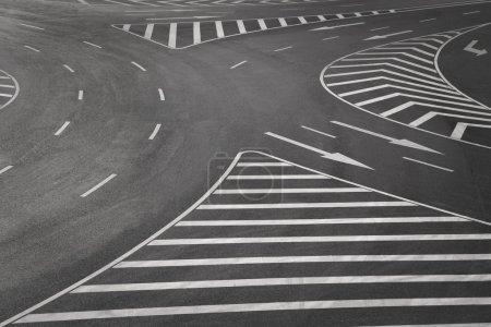 Photo pour Marquages routiers sur asphalte noir - image libre de droit