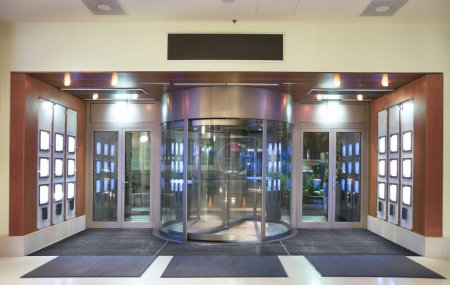 Photo pour Entrée du hall de l'hôtel avec porte tournante. - image libre de droit