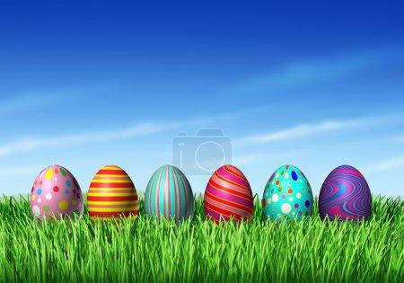 Photo pour Chasse aux œufs de Pâques avec des œufs de Pâques dans une rangée assis sur l'herbe verte et le ciel bleu comme un symbole du printemps et un élément de décoration et de design de vacances du renouvellement - image libre de droit