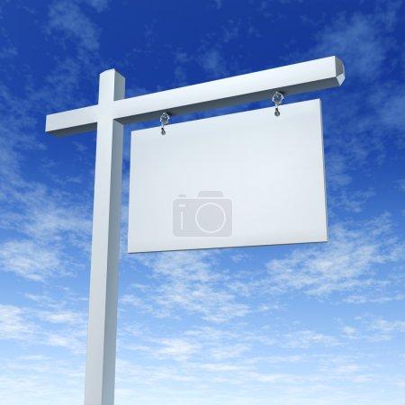 Photo pour Blank White Real Estate Connectez-vous sur un ciel bleu comme un panneau d'affichage de communication marketing de la vente d'une maison ou maison de rêve familiale par la publicité avec un agent et - image libre de droit