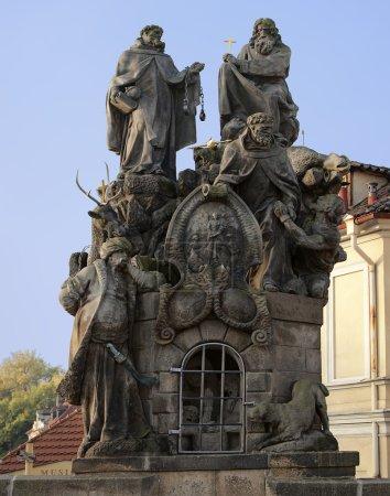 Photo pour Statues des saints Jean de Matha, Félix de Valois et Ivan sur le pont Charles à Prague. La sculpture honore les deux fondateurs des Trinitaires et le saint patron des Slaves, respectivement . - image libre de droit