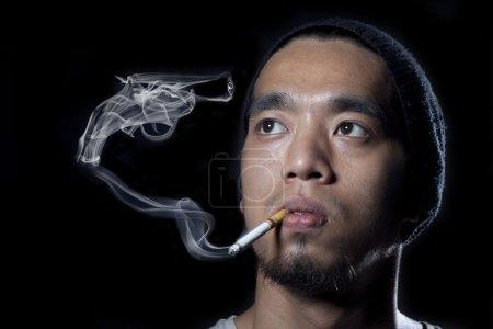 Fumer tue concept homme avec pistolet