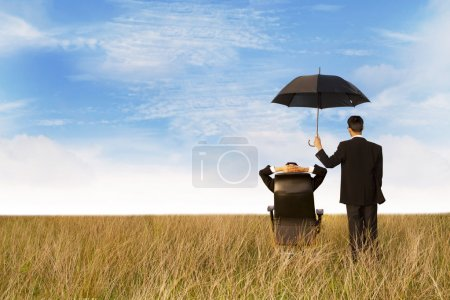 Photo pour L'agent d'assurance dans le domaine, en vous donnant la meilleure protection dans le monde - image libre de droit