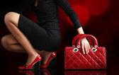Módní žena s červenou tašku, módní fotografie