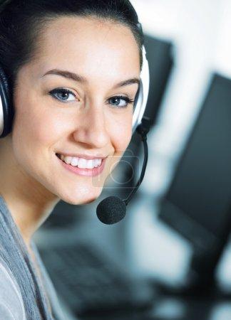 Foto de Lindo negocio cliente servicio mujer sonriente, computadora en primer plano - Imagen libre de derechos