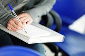 hembra joven está escribiendo notas