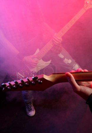 Photo pour Musiciens de rock jouant à un concert en direct - image libre de droit